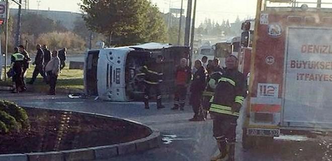 İşçi taşıyan servis minibüsle çarpıştı!