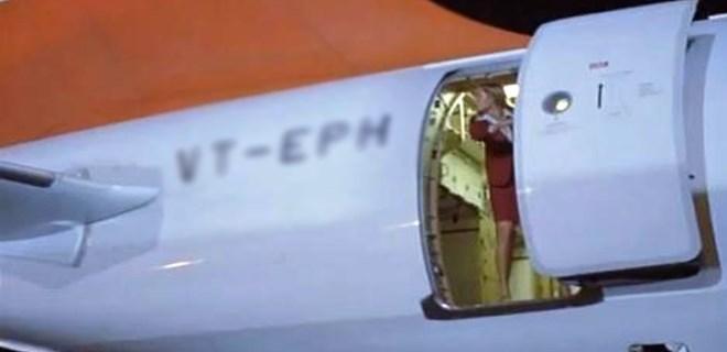 Şok!.. Hostes uçaktan düştü!...