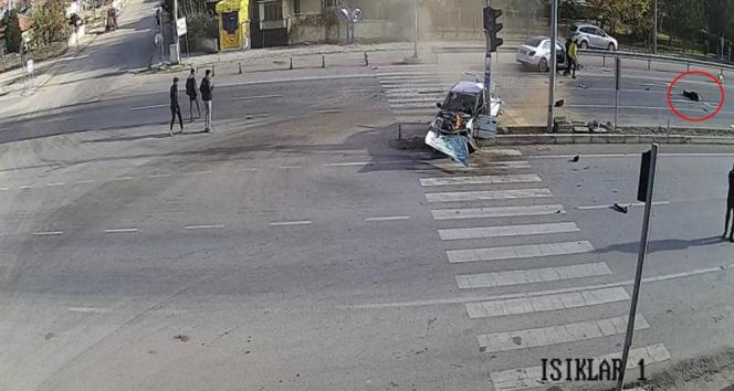 Sürücü araçtan 20 metre fırladı