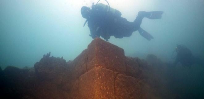 Van Gölü'nde 3 bin yıllık kale!