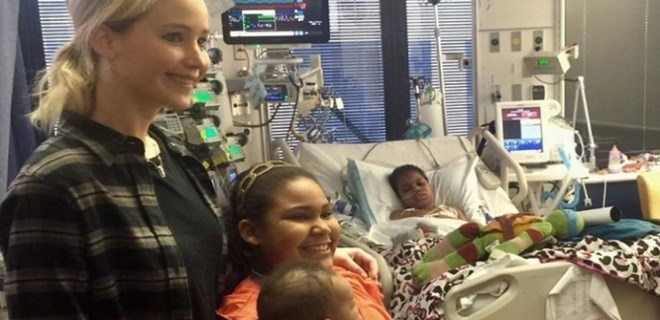 Jennifer Lawrence'dan hasta çocuklara ziyaret