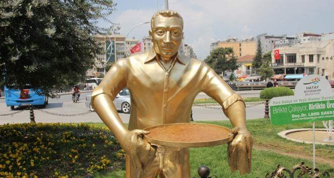 Künefeci adam heykeli çalınan tepsisine kavuştu