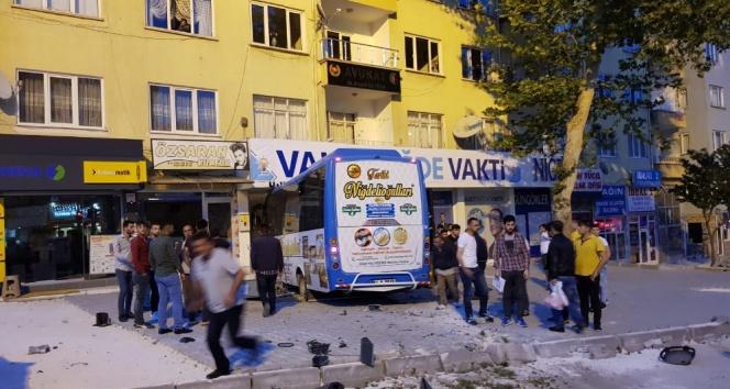 Halk otobüsü seçim bürosuna daldı: 2 yaralı
