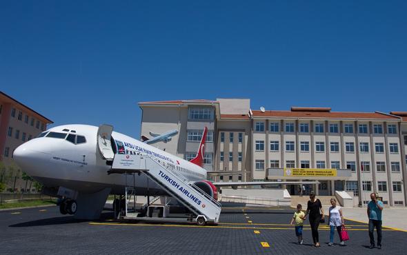 Lise bahçesindeki yolcu uçağı 'göreve' hazır