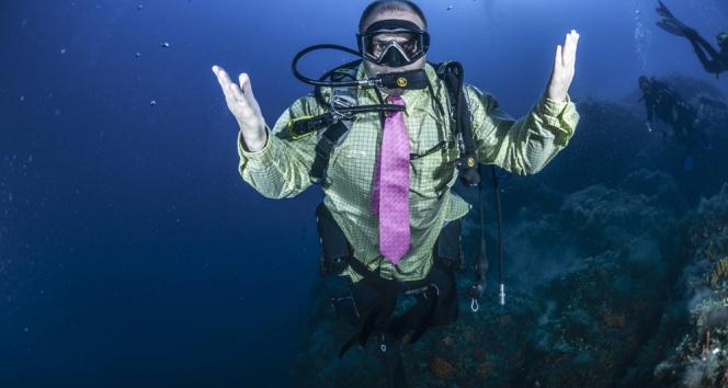 Dalgıçlardan takım elbiseli dalış