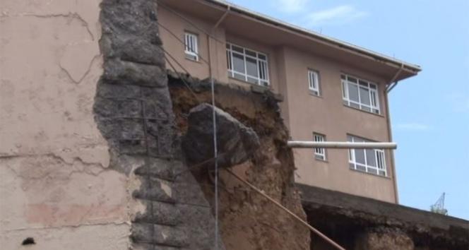 İstanbulda okulun duvarı çöktü