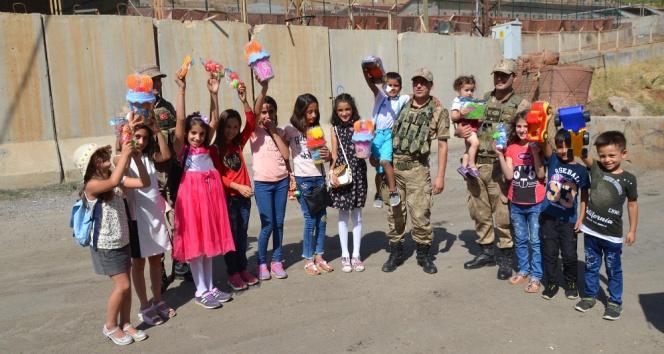 Irak sınırında jandarma vatandaşın bayramını kutladı
