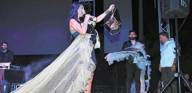 İzmirli modacı Hande Yener'e sürpriz yaptı