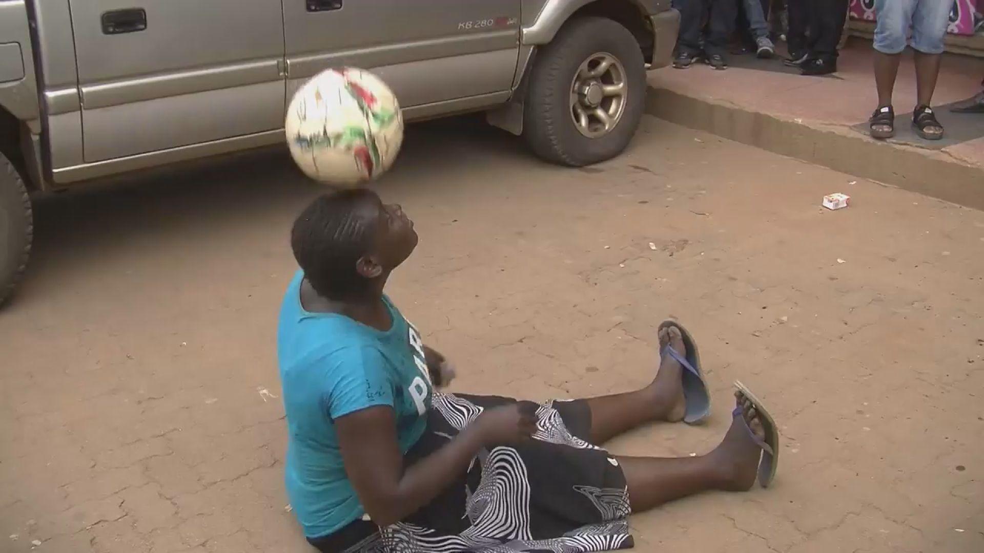 Futbol Topuyla Yaptığı Hareketlerle Donald Trump'ı Bile Etkilemeyi Başaran Afrikalı Kadın