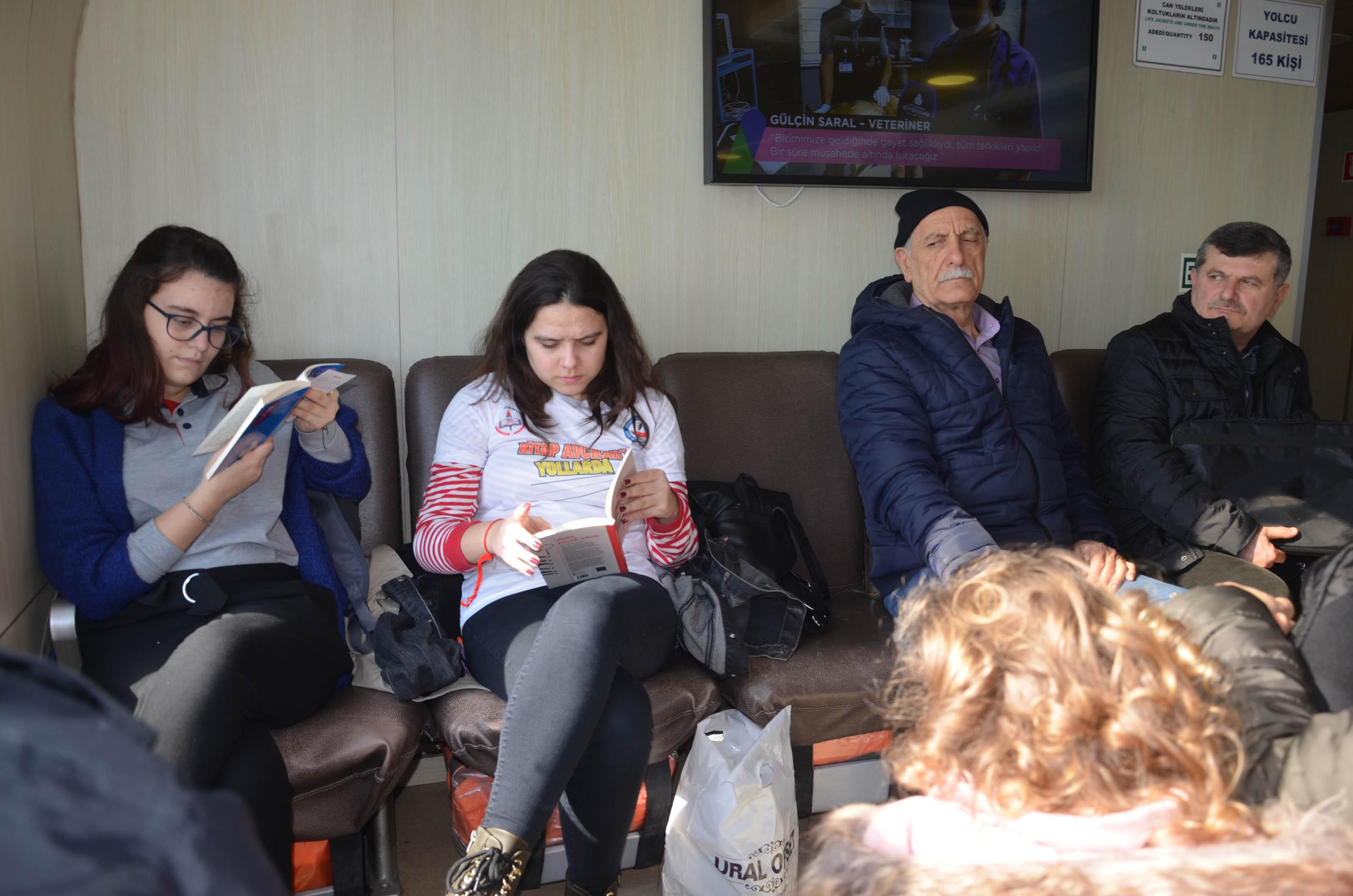 Kitap Avcıları Bu Kez Üsküdar Vapurundaydı: 'Hiçbir Taşıt Okumak Kadar Uzaklara Götürmez'