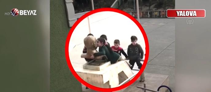 Küçük Çocukların Atatürk Sevgisi: Büste Çıkan Çocuklar, Atatürk'ü Öpmeye Doyamadılar!