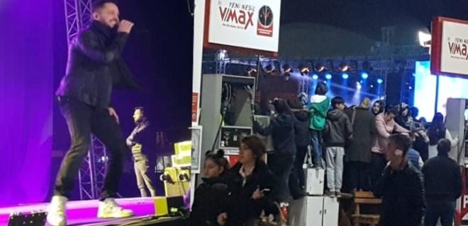 Murat Boz konserini petrol istasyonu pompasının üzerinde izlediler