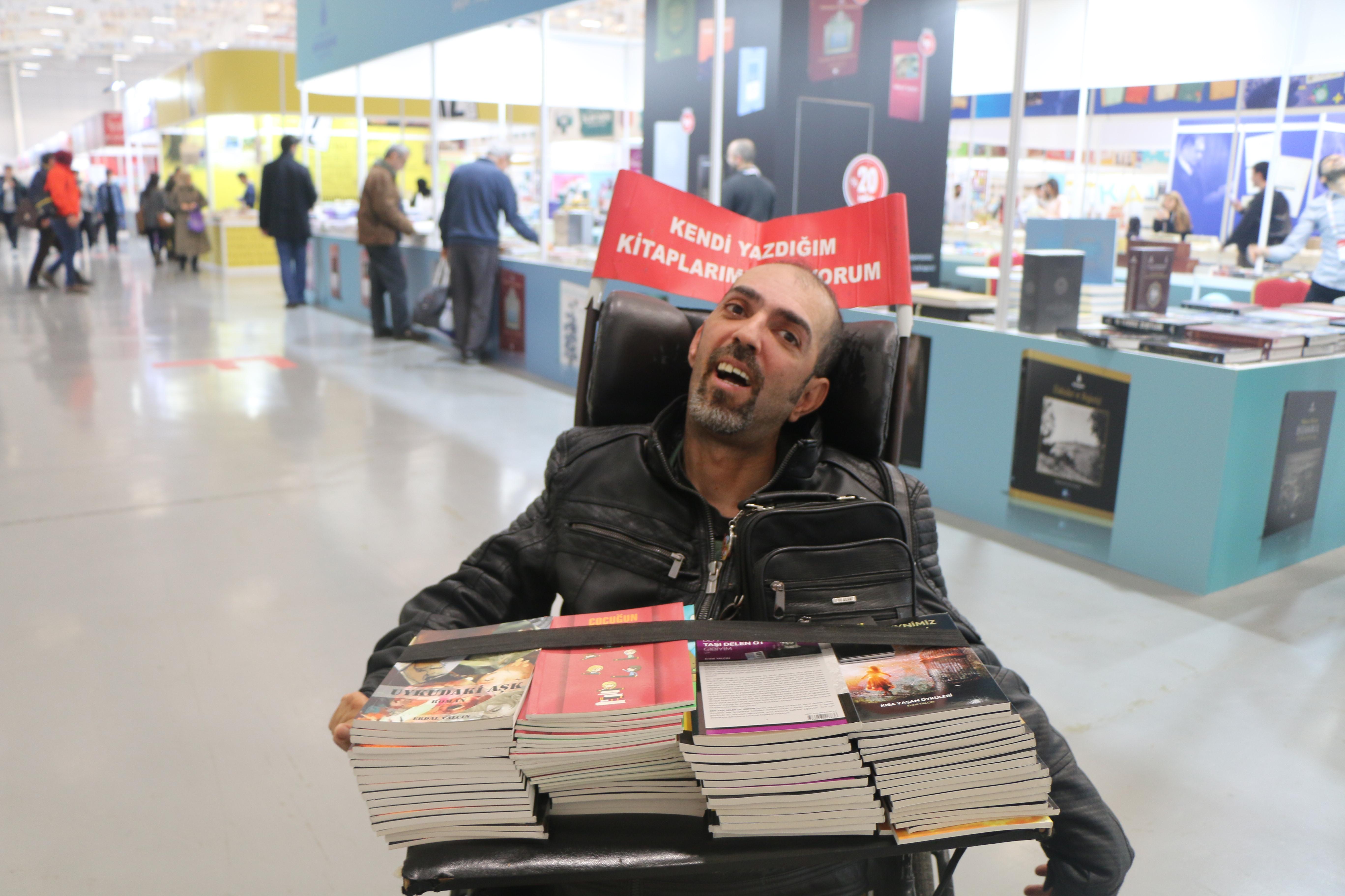 Tekerlekli Sandalyede 17 Kitap Kaleme Aldı: 'Yazmak Olmasaydı Çoktan Ölmüştüm'