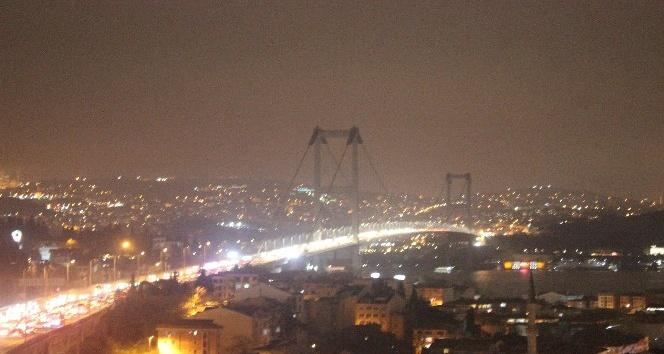 İstanbul'da boğaz köprülerinin ışıkları söndürüldü