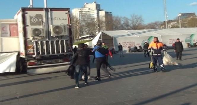 (Özel) Taksim Meydanı'nda yumruk yumruğa kavga kamerada
