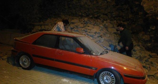 Yıldız Parkı'nın duvarı çöktü; 2 araç hasar gördü