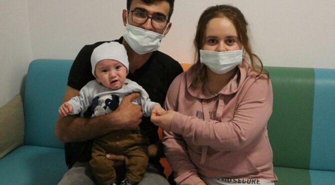 5 ay bağırsağı dışarıda yaşayan Emirhan bebek sağlığına kavuştu