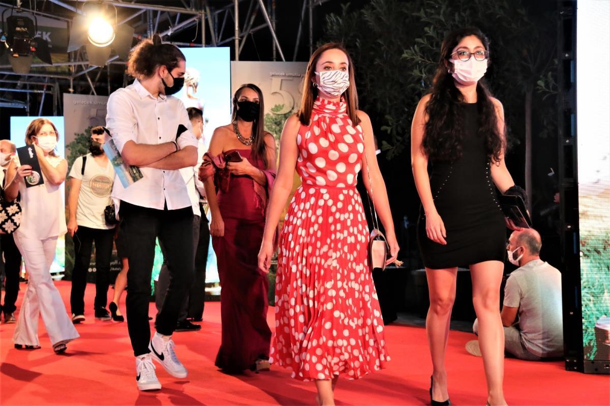 58'inci Altın Portakal'da kırmızı halıda şıklık yarışı