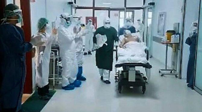 81 yaşındaki corona hastası, 1 ay sonra yoğun bakımdan çıktı