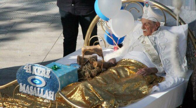 85 yaşındaki Aydemir Akbaş sünnet oldu!