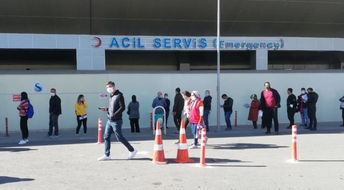 Adana'da corona testi için hastanelerin önünde kuyruk oluştu