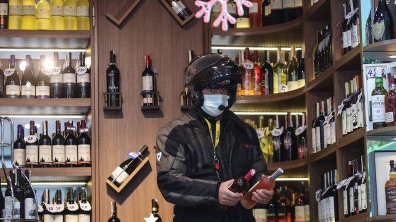 Alkollü İçecek Yasağı Tartışmaları Sürüyor: CHP'li İki Belediye 'Rutin İşlem' Diye Kararı İmzalamış...