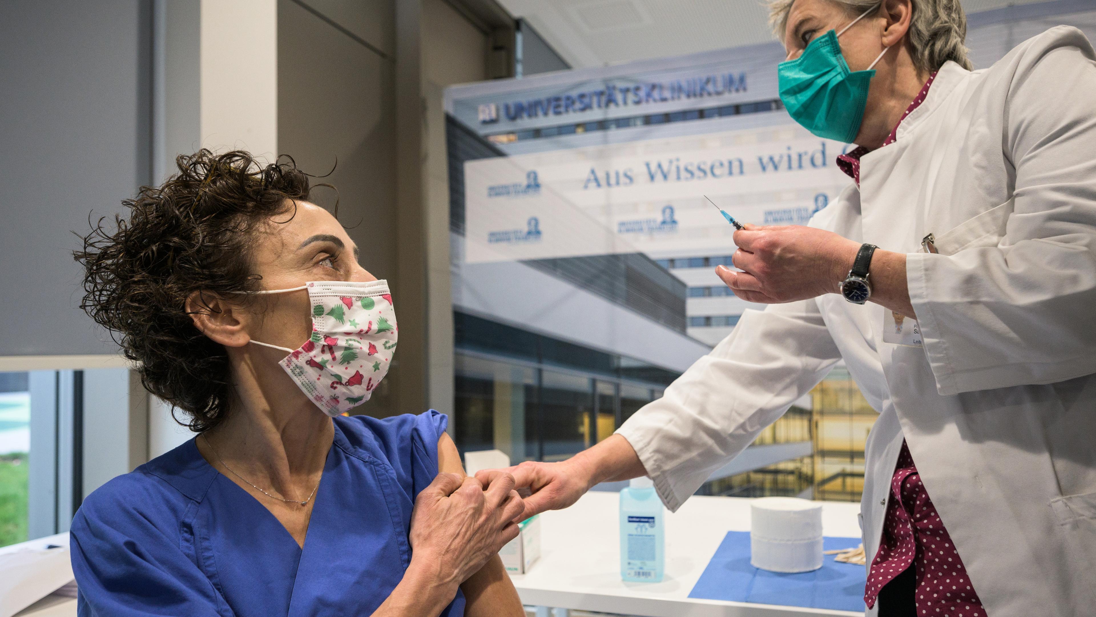 Almanya BioNTech ile Aşılamaya Başladı: Aşılanan İlk Türk Zeynep Hemşire Oldu