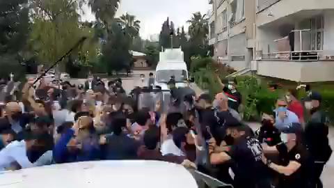 Alparslan Kuytul'dan Haber Alamadıklarını Söyleyen Furkan Vakfı Üyelerine Polis Müdahalesi