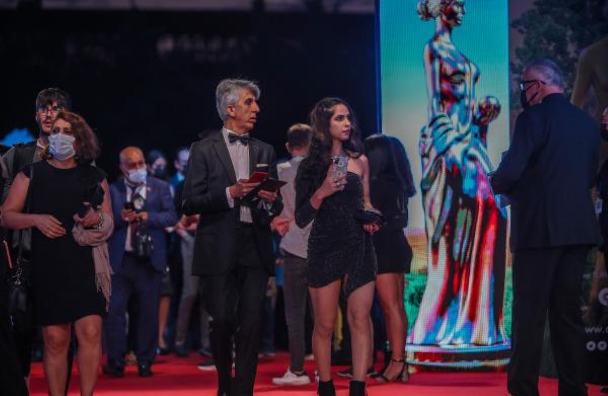 Altın Portakal Film Festivali başladı! Kırmızı halıda şıklık yarışı vardı