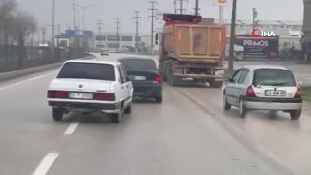 Arıza Yapan Aracı Başka Bir Araca Halat ile Bağlayıp Sürücüsüz Aracı Kilometrelerce Çeken Şoför