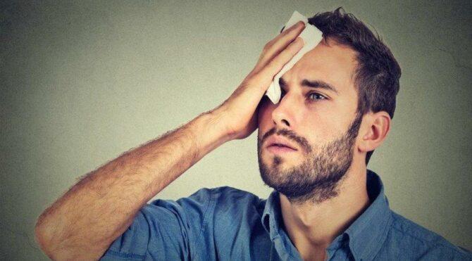 Aşırı terlemek farklı hastalıkların habercisi olabilir