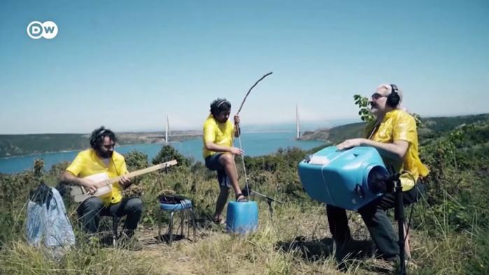 Atıkları Geri Dönüştürerek Oluşturdukları Enstrümanlarla Müzik Yapan Türk Müzik Grubu: Fungistanbul