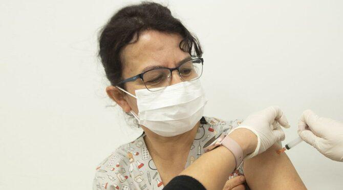 Bakan Koca: Toplam 500 binden fazla sağlık çalışanı aşı oldu