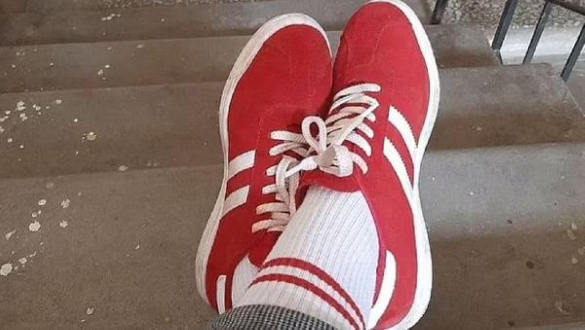 Belarus'ta kırmızı beyaz ayakkabı ve çorap giyen kadına ceza kesildi