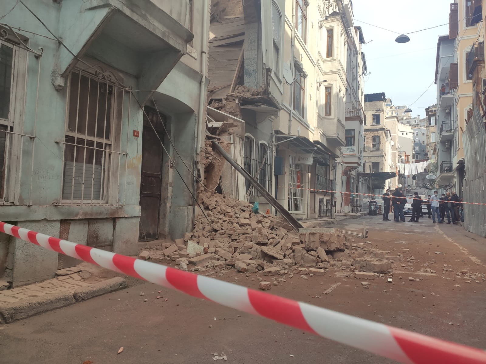Beyoğlu'nda 2 Katlı Boş Bina Çöktü