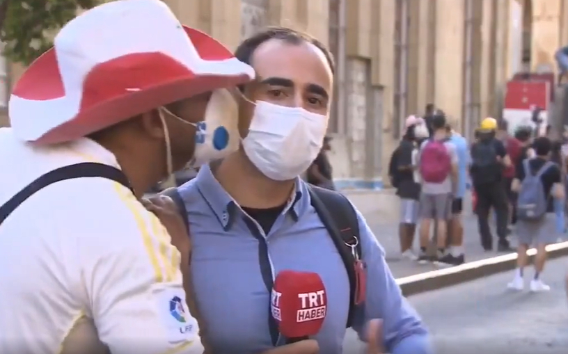 Beyrut'ta Canlı Yayın Yapan TRT Muhabirini Maskeli Bir Şekilde Öpen Protestocu