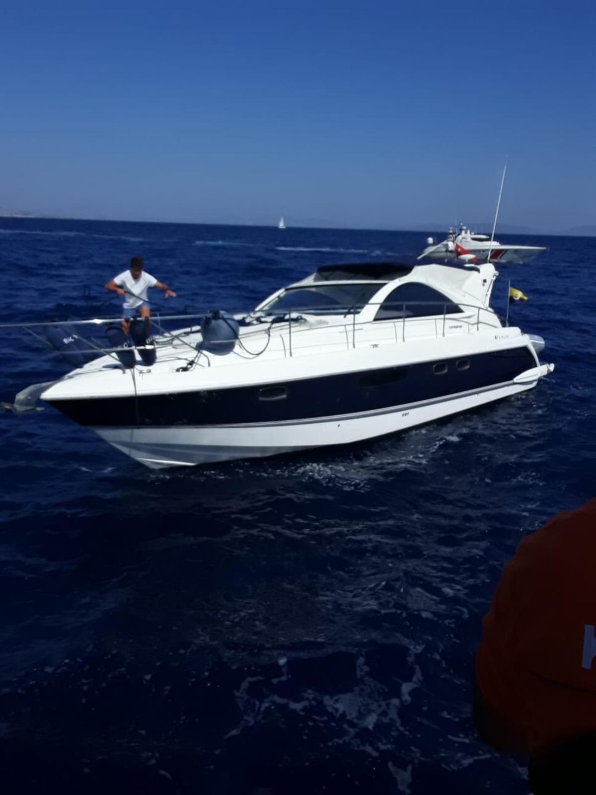 Bodrum'da denizde sürüklenen teknedeki 2 kişi kurtarıldı