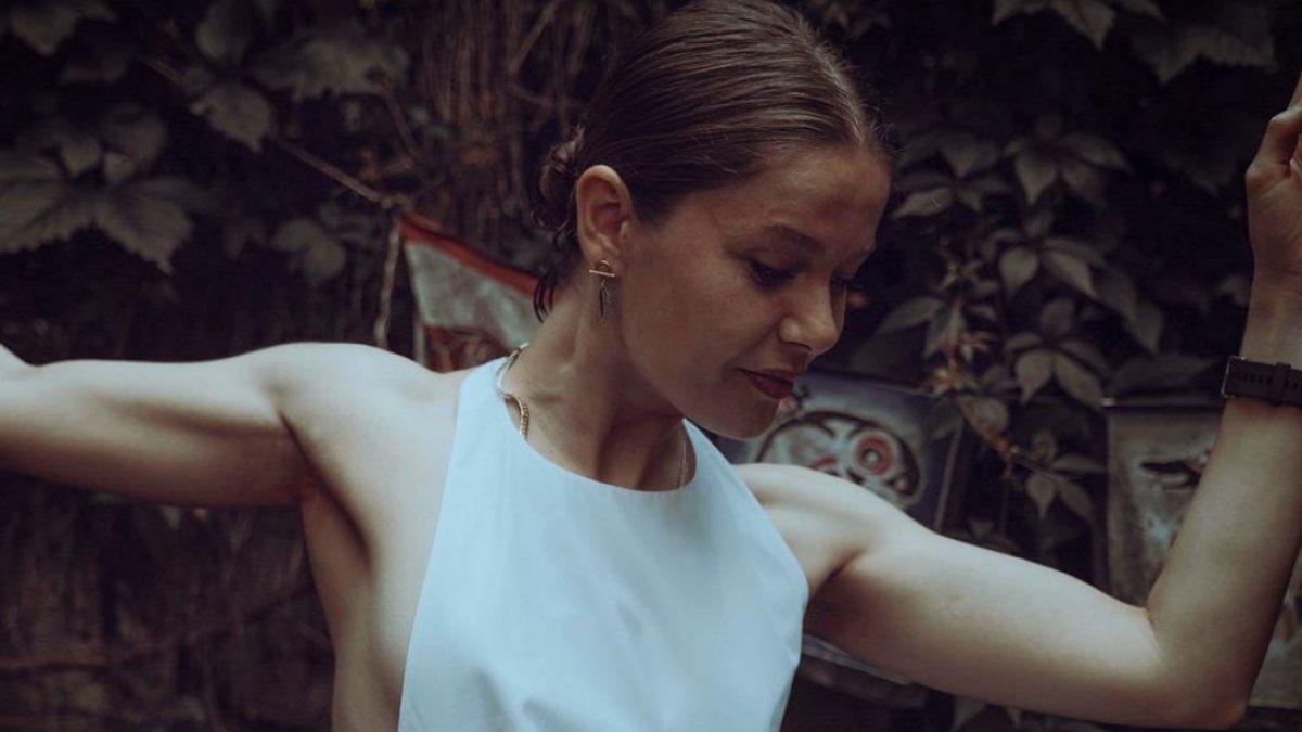 Burcu Biricik, beyaz elbisesiyle poz verdi