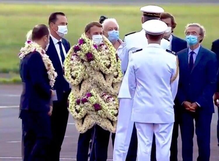 Çiçeklere Boğulan Macron Alay Konusu Oldu: 'Yürüyen Çelenk'