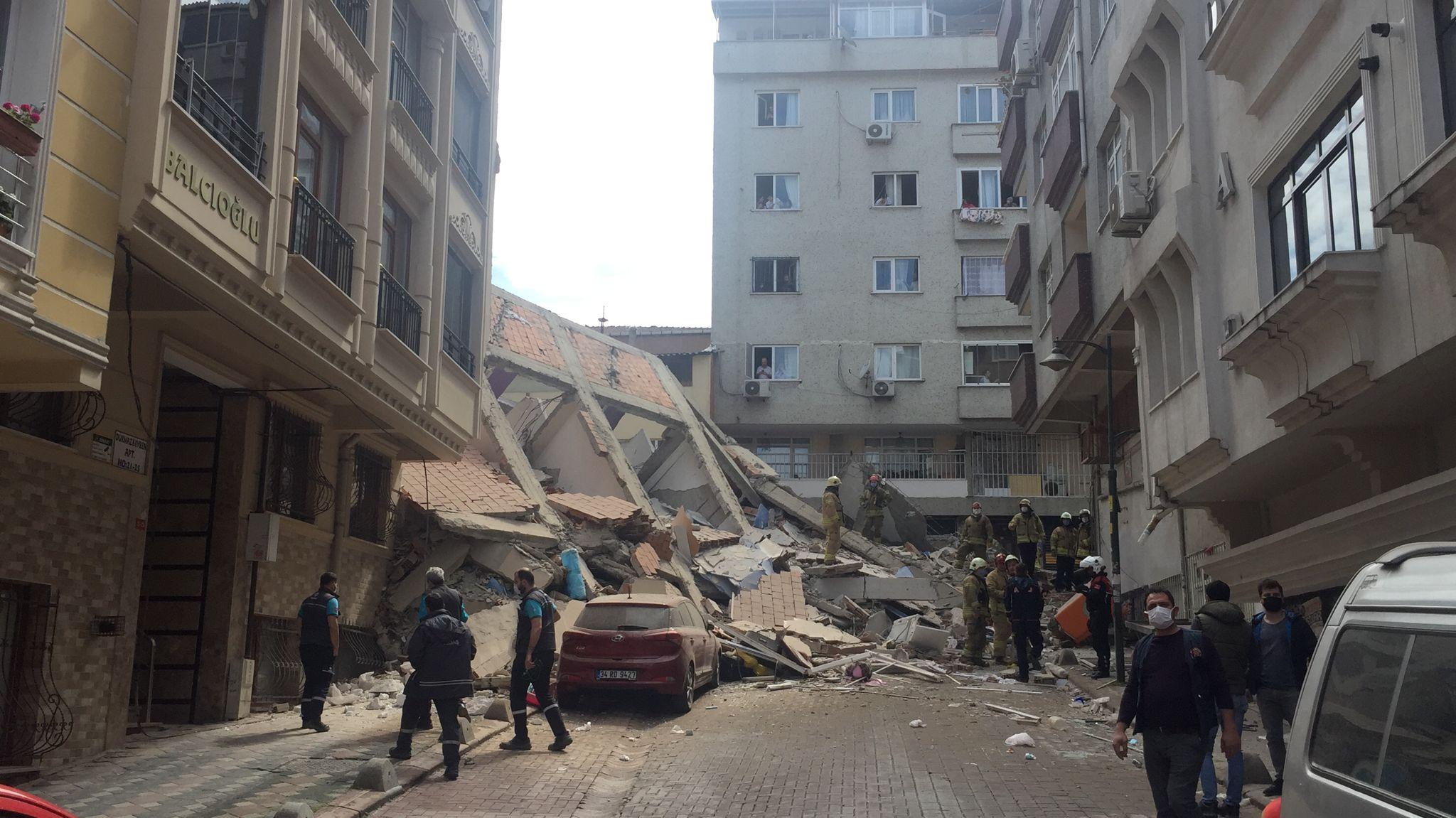 Çökme Anı Görüntüleri Kamerada! Zeytinburnu'nda Bina Çöktü