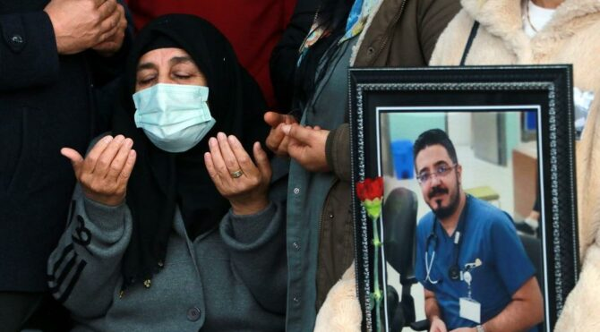 Coronaya yenilen doktor için düzenlenen törende gözyaşları sel oldu