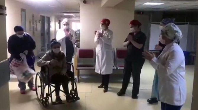 Coronayı yenen 3 hasta, çiçek ve alkışlarla taburcu edildi