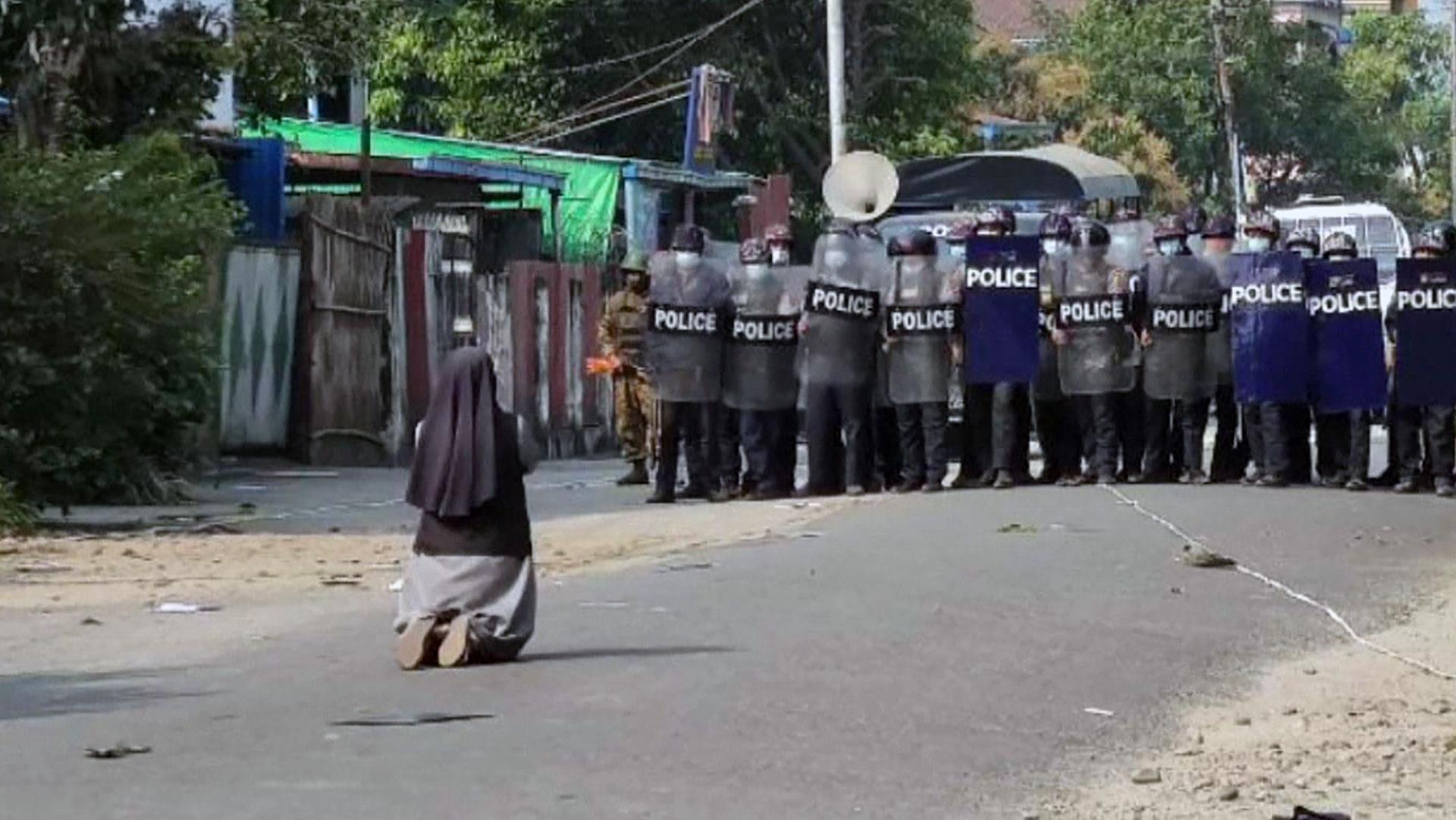 Darbecilere Karşı Bir Kadın: Myanmarlı Rahibeden Polise 'Beni Öldürün' Tepkisi