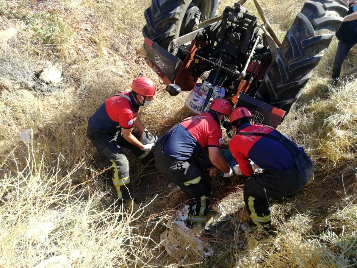 Devrilen traktörün altında kalan sürücü kurtarılmadı