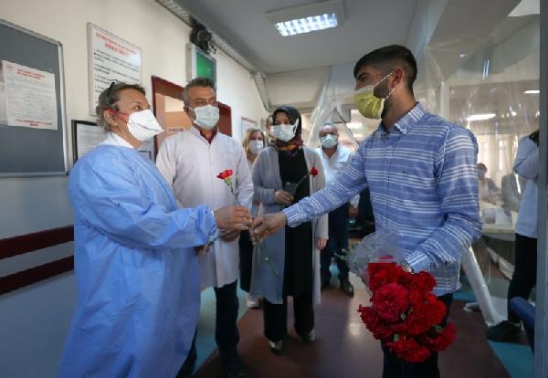 Doktoru Tehdit Etmişti: Sağlık Çalışanlarından Özür Dileyip, Karanfil Dağıttı