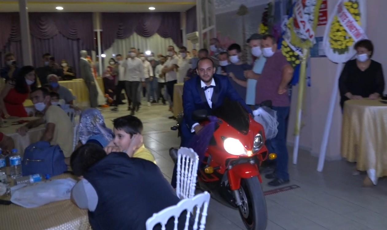 Düğün Salonuna Motosiklet ile Giriş Yapan Damat