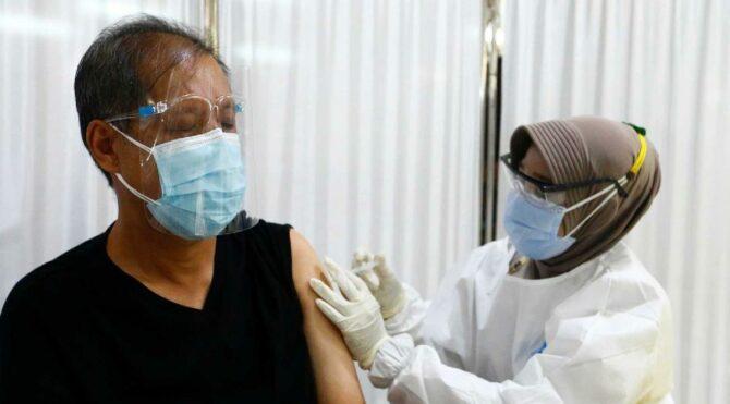 Dünya bu kararı konuşuyor: Endonezya'da aşı olmayana ceza