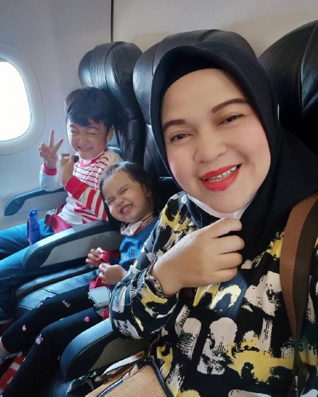 Düşen Endonezya uçağında bulunan annenin çocuklarıyla beraber son fotoğrafı