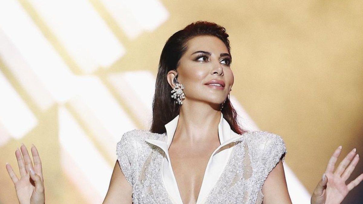 Ebru Yaşar sahnede mayo giyenleri eleştirdi
