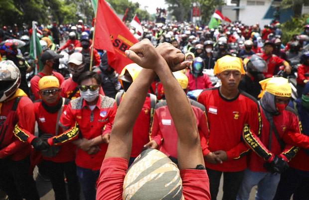 Endonezya'da Binlerce Öğrenci ve İşçi Yeni İş Yasasına Karşı Boykot Başlattı: Omnibus Yasasına Karşı Sokaklar Karıştı